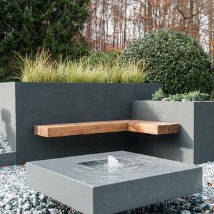 Moderner Kiesgarten mit Wasserspiel in Sonstige