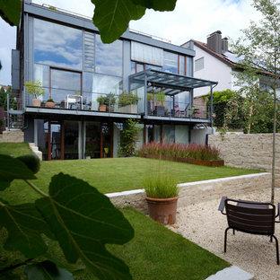 Halbschattiger, Mittelgroßer Moderner Garten im Sommer, hinter dem Haus mit Gartenmauer und Natursteinplatten in Stuttgart