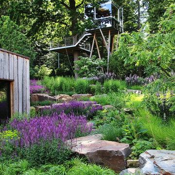 Moderner Garten in Hannover - Baumhaus aus poliertem Edelstahl