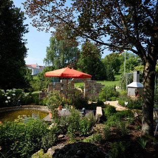 Halbschattiger, Mittelgroßer Moderner Garten im Sommer, hinter dem Haus mit Gartenweg und Natursteinplatten in Stuttgart