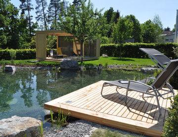 Natürlicher Garten mit Teich und Gartenlounge