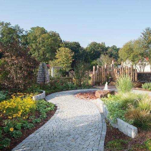 Großer, Halbschattiger Moderner Garten Im Sommer Mit Wasserspiel Und  Natursteinplatten In München