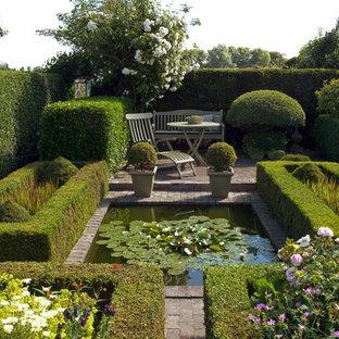 Geometrischer, Mittelgroßer Klassischer Garten mit Teich, direkter Sonneneinstrahlung und Pflasterklinker in Hamburg
