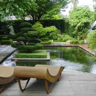 Mittelgroßer, Halbschattiger Asiatischer Garten neben dem Haus, im Sommer mit Wasserspiel und Natursteinplatten in Bremen