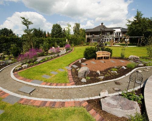 Schon Geräumiger Country Garten Hinter Dem Haus, Im Sommer Mit Gartenweg,  Direkter Sonneneinstrahlung Und Natursteinplatten