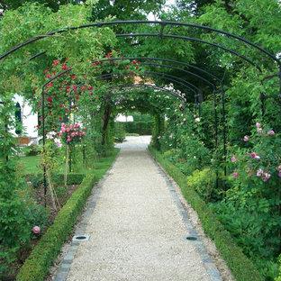 Foto di un grande giardino country esposto a mezz'ombra nel cortile laterale in primavera con un ingresso o sentiero e ghiaia
