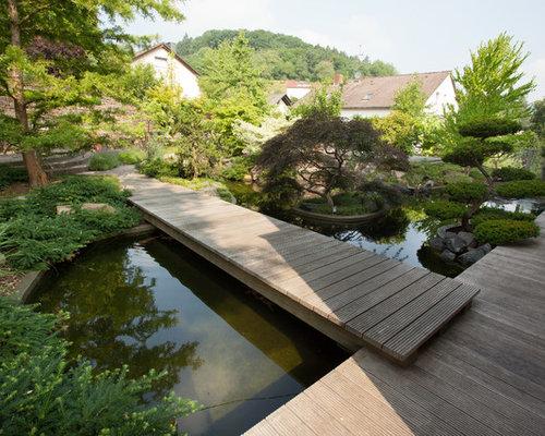 Großer, Halbschattiger Asiatischer Garten Im Herbst, Hinter Dem Haus Mit  Dielen Und Wasserspiel In