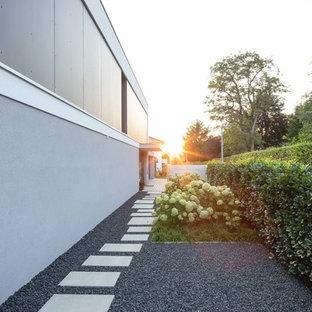 Kleiner Moderner Gartenweg neben dem Haus mit direkter Sonneneinstrahlung und Betonplatten in Stuttgart