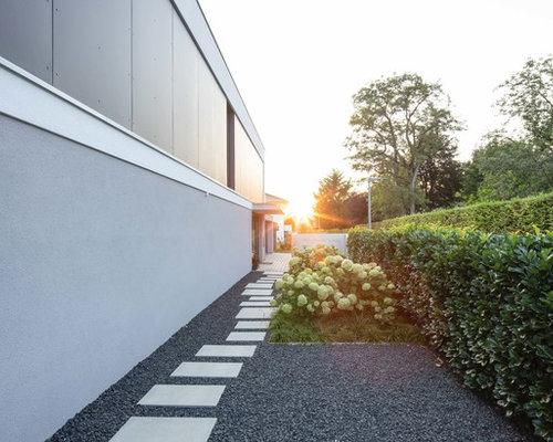 Kleiner Moderner Garten Neben Dem Haus Mit Direkter Sonneneinstrahlung,  Betonplatten Und Gartenweg In Stuttgart