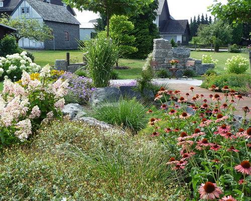 Großer Klassischer Hanggarten Im Sommer Mit Gartenweg, Direkter  Sonneneinstrahlung Und Dielen In Frankfurt Am Main