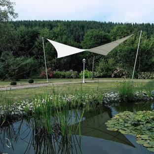 Großer Moderner Garten Im Sommer, Hinter Dem Haus Mit Wasserspiel Und  Direkter Sonneneinstrahlung In Berlin