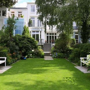 Geometrischer, Großer, Halbschattiger Klassischer Garten Im Sommer, Hinter  Dem Haus In Hamburg