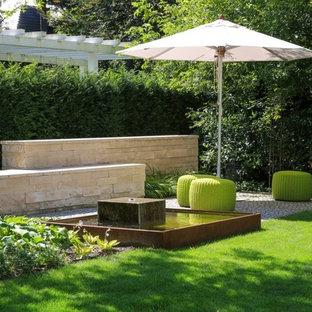 Mittelgroßer, Halbschattiger Moderner Garten im Sommer mit Wasserspiel und Natursteinplatten in Berlin