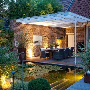 Mittelgroßer, Halbschattiger Moderner Gartenteich mit Dielen in Düsseldorf