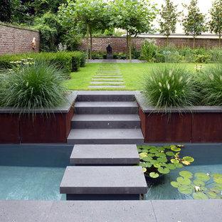 Geometrischer, Mittelgroßer Moderner Garten im Sommer, neben dem Haus mit direkter Sonneneinstrahlung und Betonplatten in Köln