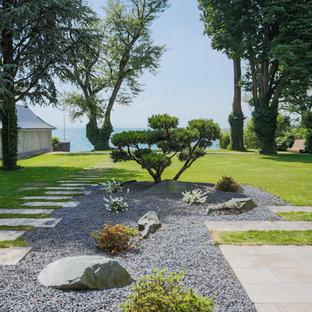 Großer Moderner Garten im Sommer, hinter dem Haus mit Gartenweg, direkter Sonneneinstrahlung und Natursteinplatten in Stuttgart