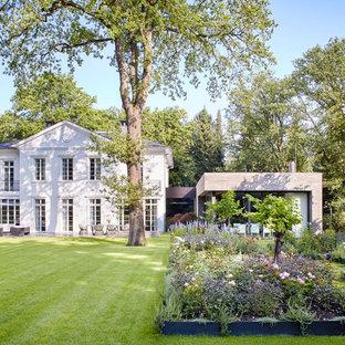 Halbschattiger, Geräumiger, Geometrischer Klassischer Garten Hinter Dem  Haus, Im Sommer In Köln