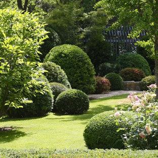 Imagen de jardín tradicional, de tamaño medio, en verano, en patio trasero, con exposición parcial al sol y gravilla