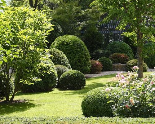 Mittelgroßer, Halbschattiger Klassischer Kiesgarten Im Sommer, Hinter Dem  Haus In Frankfurt Am Main