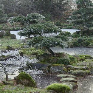 Esempio di un grande laghetto da giardino etnico esposto a mezz'ombra nel cortile laterale in inverno con pavimentazioni in pietra naturale