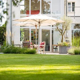 Mittelgroßer, Halbschattiger Moderner Garten im Sommer, hinter dem Haus in Düsseldorf