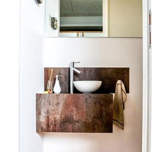 Свежая идея для дизайна: маленький туалет в стиле лофт с белыми стенами, паркетным полом среднего тона, настольной раковиной и оранжевым полом - отличное фото интерьера
