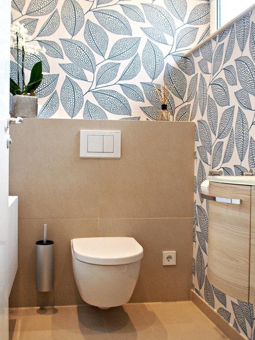 Mittelgroße Moderne Gästetoilette Mit Beigefarbenen Fliesen, Hellen  Holzschränken, Wandtoilette, Einbauwaschbecken, Glaswaschbecken/