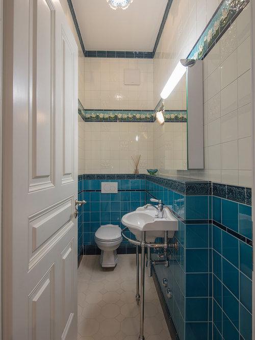 Kleine Klassische Gästetoilette Mit Wandtoilette Mit Spülkasten, Blauen  Fliesen, Weißen Fliesen, Glasfliesen,