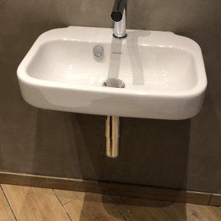 ドルトムントのコンテンポラリースタイルのおしゃれなトイレ・洗面所 (木目調タイル、グレーの壁、壁付け型シンク、フローティング洗面台) の写真