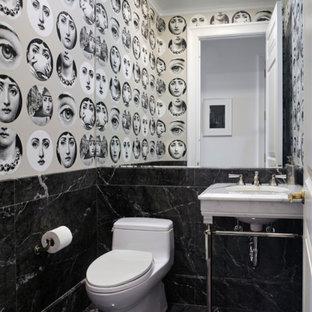 Kleine Moderne Gästetoilette mit Toilette mit Aufsatzspülkasten, schwarz-weißen Fliesen, Marmorfliesen, bunten Wänden, Marmorboden, Sockelwaschbecken und schwarzem Boden in Berlin