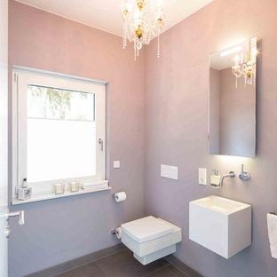 Свежая идея для дизайна: маленький туалет в классическом стиле с фиолетовыми стенами, серым полом, раздельным унитазом и подвесной раковиной - отличное фото интерьера