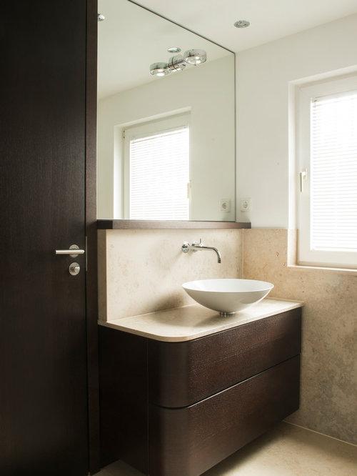 Mittelgroße Moderne Gästetoilette Mit Flächenbündigen Schrankfronten,  Dunklen Holzschränken, Beigefarbenen Fliesen, Weißer Wandfarbe,