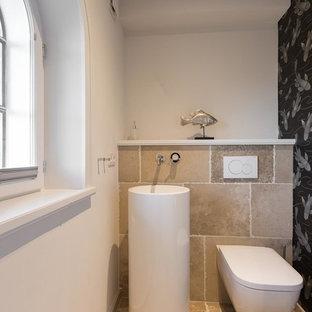 Immagine di un piccolo bagno di servizio country con WC a due pezzi, piastrelle beige, piastrelle in ardesia, pareti bianche, pavimento in ardesia, lavabo a colonna e pavimento beige