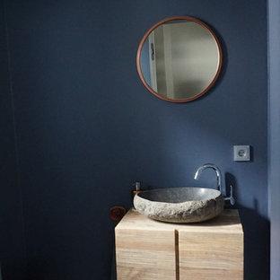 Пример оригинального дизайна: маленький туалет в современном стиле с плоскими фасадами, светлыми деревянными фасадами, черно-белой плиткой, цементной плиткой, синими стенами, полом из мозаичной плитки, настольной раковиной, столешницей из талькохлорита и разноцветным полом