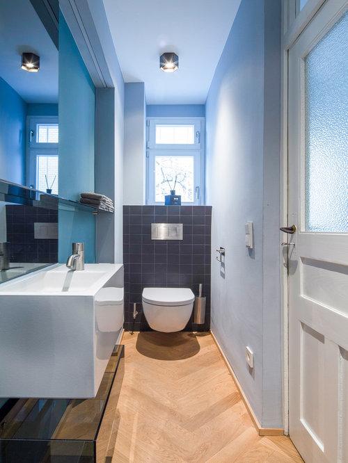 Mittelgroße Moderne Gästetoilette Mit Wandtoilette, Grauen Fliesen,  Keramikfliesen, Blauer Wandfarbe, Integriertem Waschbecken