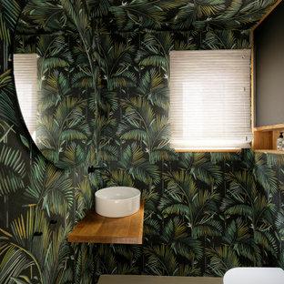 Moderne Gästetoilette mit Wandtoilette, bunten Wänden, Aufsatzwaschbecken, Waschtisch aus Holz, beigem Boden und beiger Waschtischplatte in München