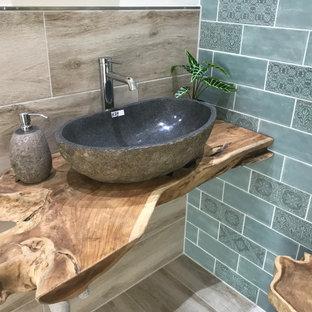 На фото: маленький туалет в стиле шебби-шик с плиткой кабанчик, полом из керамической плитки, настольной раковиной, столешницей из дерева, коричневым полом и коричневой столешницей с