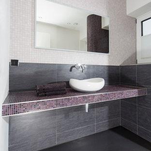 Новые идеи обустройства дома: маленький туалет в современном стиле с настольной раковиной, столешницей из плитки, раздельным унитазом, плиткой мозаикой, белыми стенами, разноцветной плиткой и фиолетовой столешницей