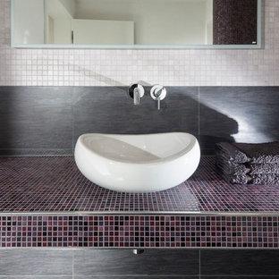 ドルトムントの小さいコンテンポラリースタイルのおしゃれなトイレ・洗面所 (ベッセル式洗面器、タイルの洗面台、分離型トイレ、モザイクタイル、白い壁、マルチカラーのタイル、紫の洗面カウンター) の写真