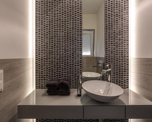 Kleine Moderne Gästetoilette Mit Flächenbündigen Schrankfronten, Grauen  Schränken, Grauen Fliesen, Mosaikfliesen, Weißer