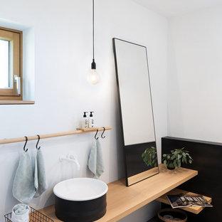Idéer för att renovera ett nordiskt beige beige toalett, med vita väggar, betonggolv, ett fristående handfat, träbänkskiva och grått golv