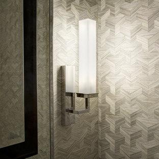 Esempio di un piccolo bagno di servizio classico con ante lisce, ante beige, WC a due pezzi, piastrelle di vetro, pareti beige, pavimento in pietra calcarea, lavabo a bacinella, top in cemento e pavimento grigio