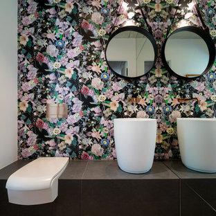 Неиссякаемый источник вдохновения для домашнего уюта: маленький туалет в современном стиле с раздельным унитазом, разноцветными стенами, паркетным полом среднего тона, раковиной с пьедесталом, коричневым полом и коричневой столешницей