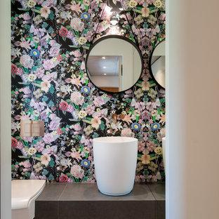 Kleine Moderne Gästetoilette mit Wandtoilette mit Spülkasten, bunten Wänden und Sockelwaschbecken in München