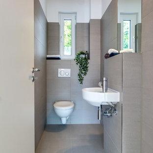 Неиссякаемый источник вдохновения для домашнего уюта: маленький туалет в скандинавском стиле с инсталляцией, бежевой плиткой, цементной плиткой, белыми стенами, полом из цементной плитки, подвесной раковиной и бежевым полом