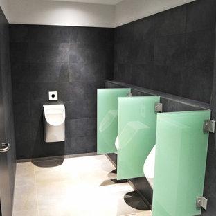 На фото: огромный туалет в современном стиле с писсуаром, серой плиткой, керамической плиткой, белыми стенами, полом из керамической плитки и серым полом