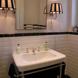Источник вдохновения для домашнего уюта: туалет среднего размера в классическом стиле с черно-белой плиткой, черной плиткой, белой плиткой, плиткой кабанчик, раковиной с несколькими смесителями и серыми стенами