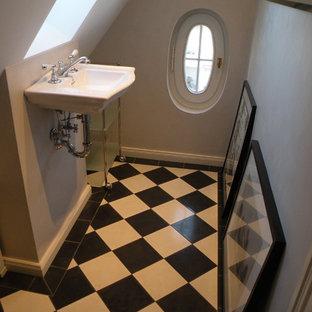 На фото: маленький туалет в классическом стиле с черно-белой плиткой, серыми стенами, раковиной с несколькими смесителями и полом из керамической плитки с