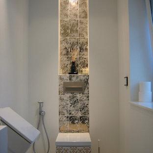 Kleine Stilmix Gästetoilette mit farbigen Fliesen, weißer Wandfarbe, Urinal und Marmorboden in Düsseldorf
