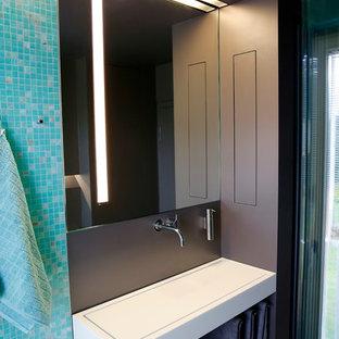 Стильный дизайн: туалет среднего размера в стиле модернизм с плиткой мозаикой, раковиной с несколькими смесителями, столешницей из искусственного камня, синей плиткой и открытыми фасадами - последний тренд